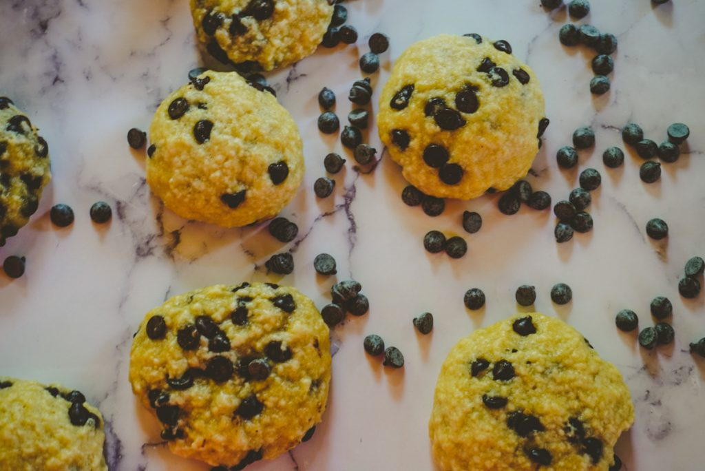 5 chocolate chip cookies with chocolate chips around them